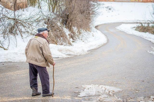 Зная о беспомощном состоянии пенсионера, женщина предложила ему помощь.