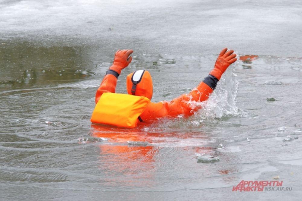 Тактика спасения людей с тонкого льда с помощью многофункциональной лодки.