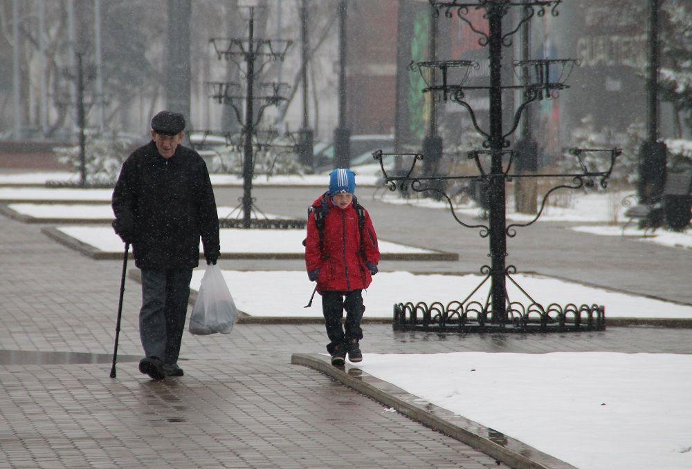 Еще вчера погода радовала теплом и солнцем, а сегодня с самого утра идет мокрый снег.
