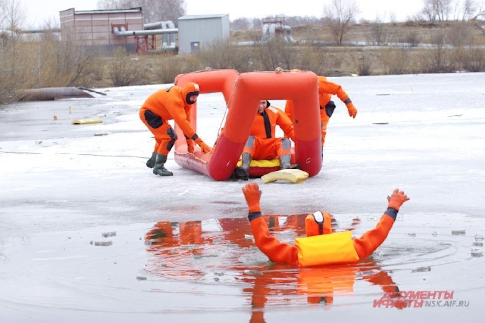 Второй день учений сотрудники МЧС посвятили организации работ по безаварийному пропуску паводковых вод.