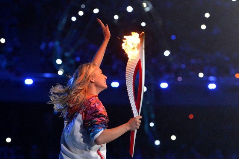Теннисистка Мария Шарапова участвует в финальном этапе эстафеты Олимпийского Огня. 2014 год.