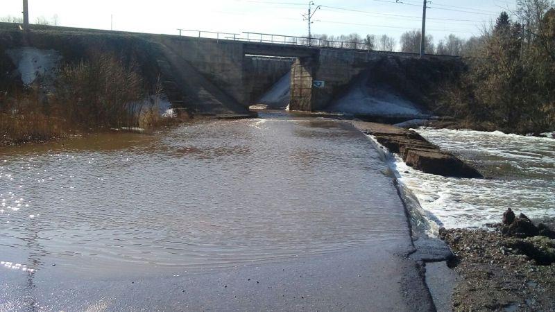 11 апреля на 4 км дороги Южный обход села Иглино талая вода затопила проезжую часть.