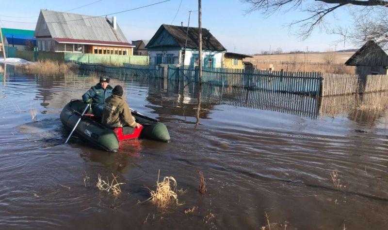 Река Тайрук вышла из берегов в селе Байгузино Ишимбайского района 6 апреля.