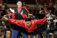 Так зажигательно танцуют артисты балета Академического ансамбля песни и пляски Российской армии имени Александрова.