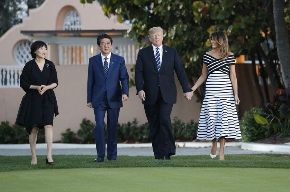 Президент США Дональд Трамп, первая леди Мелания Трамп, премьер-министр Японии Синдзо Абэ и его супруга Аки Абе во время встречи в поместье Трампа Мар-а-Лаго в Палм-Бич, США.