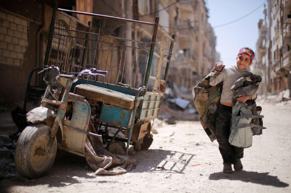 Мальчик на одной из разрушенных улиц в Думе, Дамаске, Сирия.