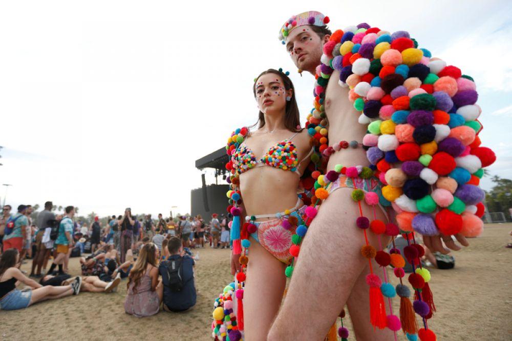 Посетители музыкального фестиваля Coachella в Калифорнии, США.