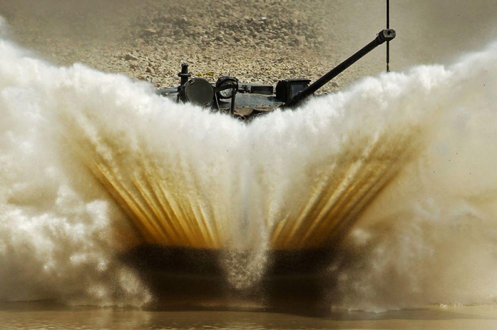 БМД 2 преодолевает водное препятствие на армейском конкурсе «Десантный взвод» в Краснодарском крае.