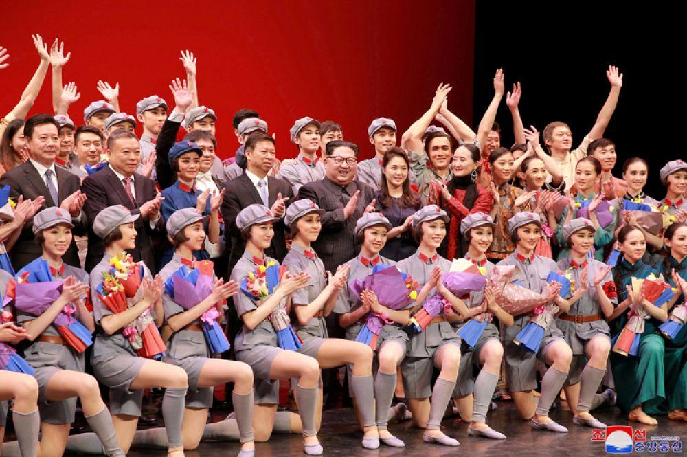 Северокорейский лидер Ким Чен Ын и его жена Ли Соль Чжу аплодируют местному балетному ансамблю, Пхеньян.
