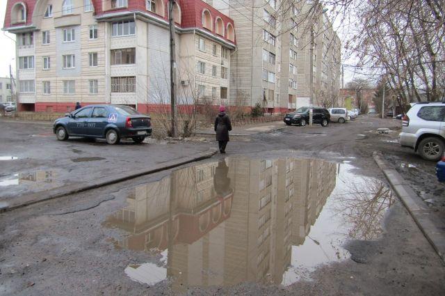 Школьник перебегал дорогу в неположенном месте.