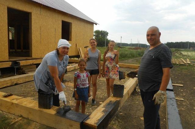Многодетные семьи могут получить земельные участок для строительства жилья.