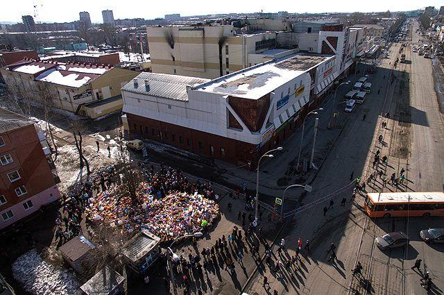 Стихийный мемориал из цветов и воздушных шаров в память о жертвах пожара в торгово-развлекательном центре «Зимняя вишня» в Кемерово.
