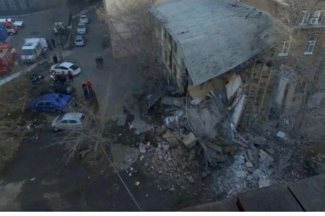 Обрушилась часть трехэтажного дома.