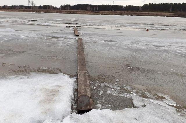 Под лед провалились двое рыбаков.