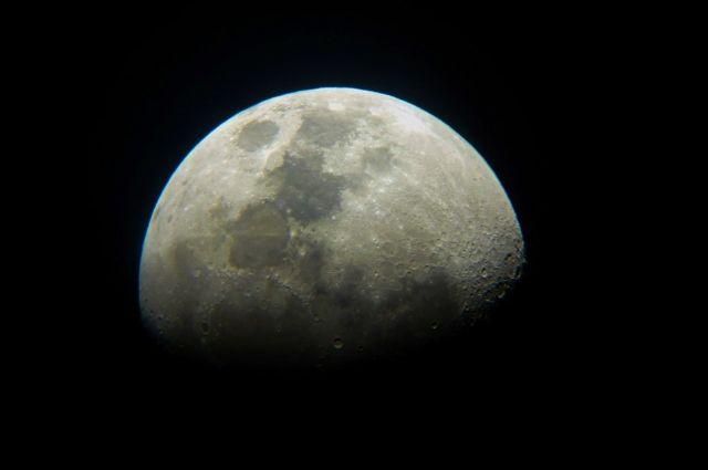 Астроном-любитель наблюдает за небесными светилами через телескоп с диаметром объектива 130 мм.