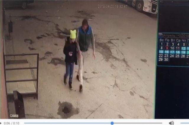 Мужчина и девочка за несколько секунд до трагедии. О суициде не может быть и речи, считают следователи.