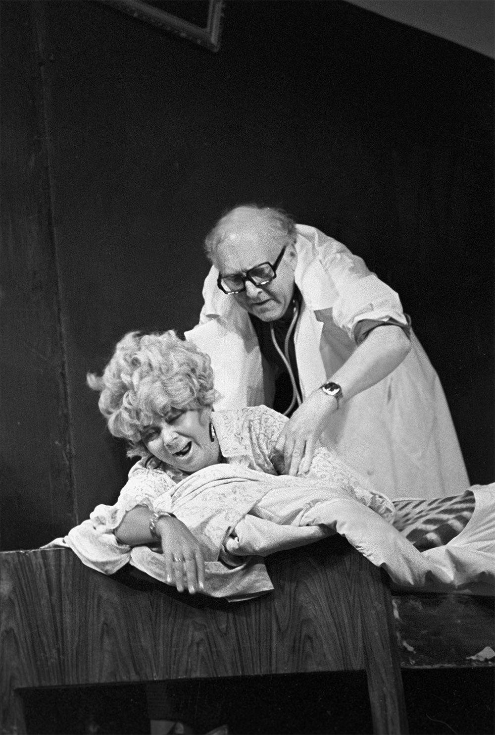 Нина Дорошина и Александр Вокач в одной из сцен спектакля «Провинциальные анекдоты» по пьесе А.Вампилова. 1981 г.