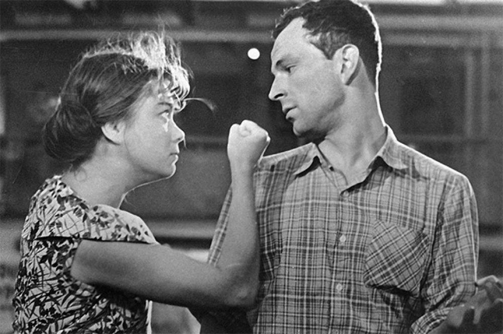 Нина Дорошина и Игорь Васильев в художественном фильме «Строится мост». 1966 год.