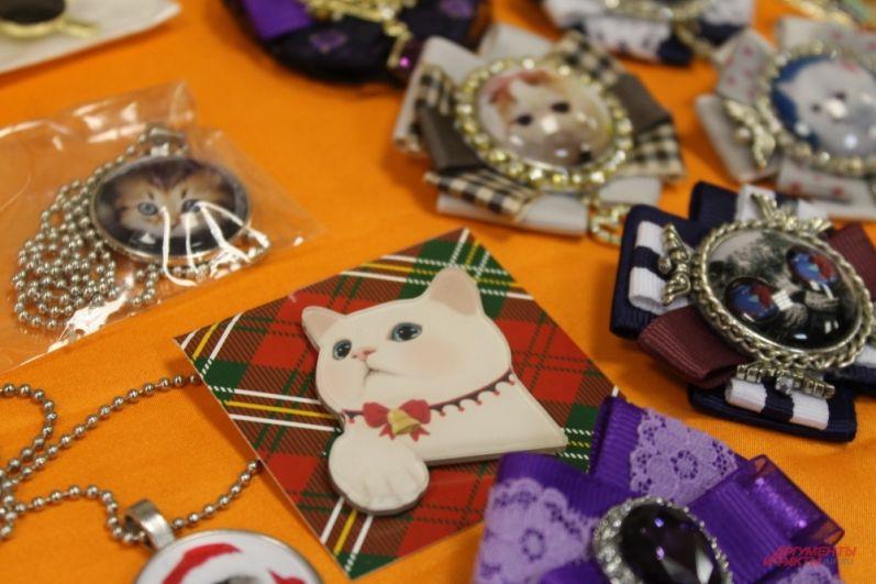 Украшения в модных цветах с изображениями кошек