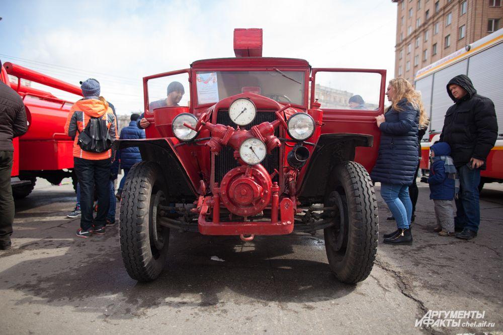 На площади также устроили небольшую выставку ретро-техники пожарных