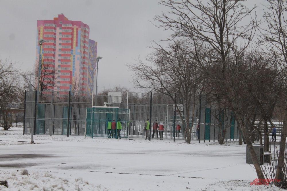 Снегопад футболу не помеха.