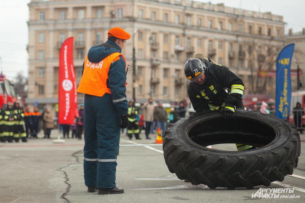 Участникам соревнований также необходимо было переместить тяжёлую покрышку
