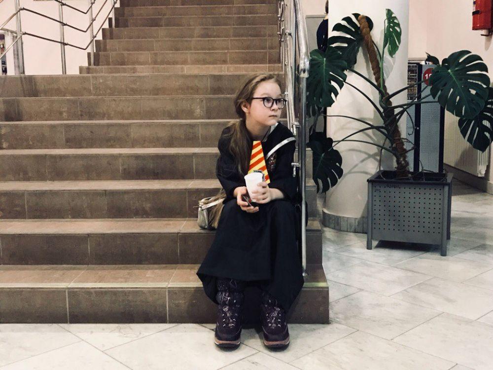 Мантии, круглые очки и галстуки в желто-оранжевых тонах - гости библиотеки превратились в учеников школы волшебства.