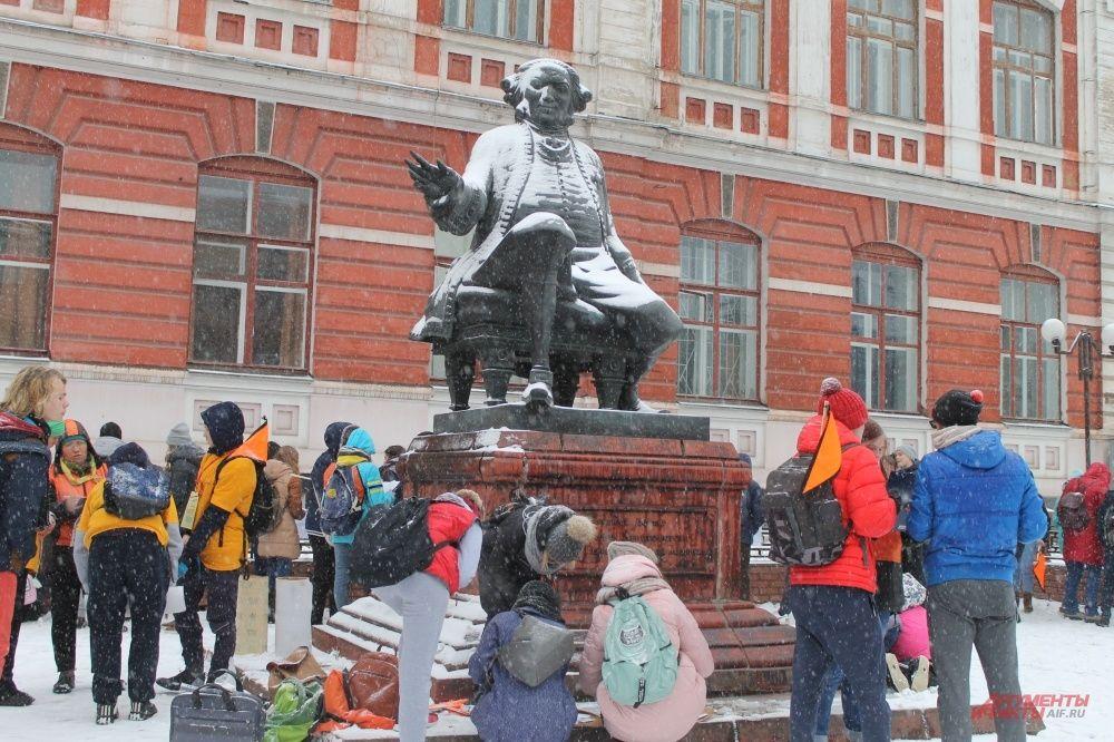 В городе проходит Большая Георгиевская игра. Участники около памятника Ф.Х. Гралю, который вновь накинул снежный халат