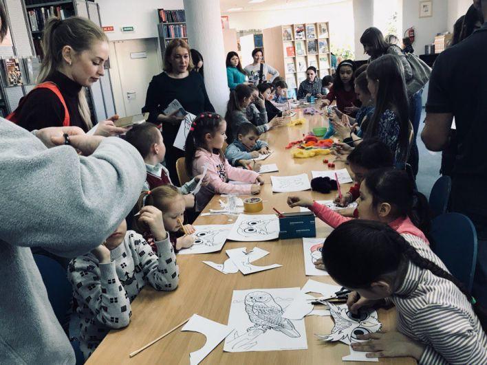 ДЛя гостей библиотеки провели мастер-класс по изготовлению почтовой совы.