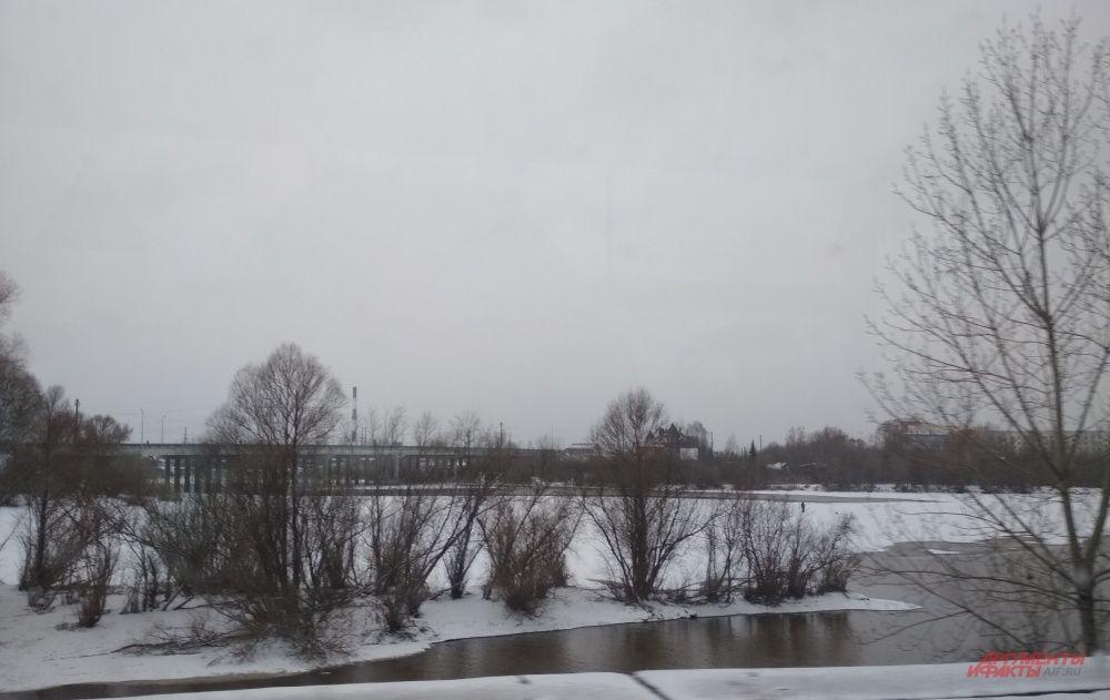 На тонкий лёд Мулянки вышел одинокий рыбак