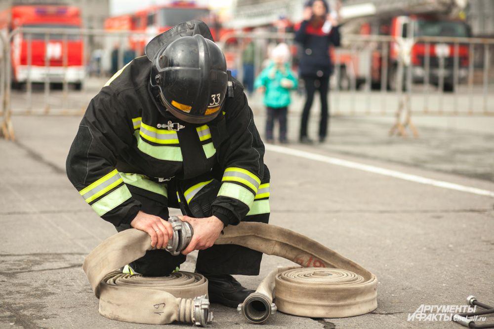 Пожарным требовалось быстро собрать рукав...