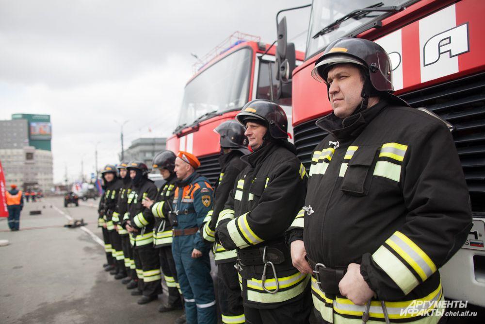 На площади Революции собрались представители пожарно-спасательных частей Челябинской области.