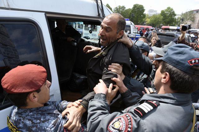 В клиники Еревана поступили 7 пострадавших встолкновениях сполицией