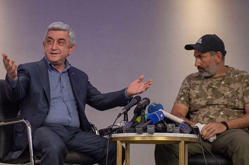 Премьер-министр Серж Саргсян (слева) и лидер протестного движения «Мой шаг» Никол Пашинян во время встречи в гостинице Marriott Armenia на площади Республики в Ереване.