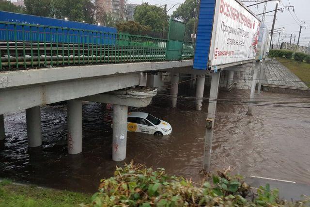 Один из проблемных участков Рязани. Во время сильного ливня под путепороводом на Московском шоссе «тонут» автомобили.