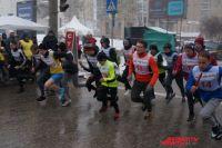 Несмотря на метель и ветер, на старт вышли сотни участников.