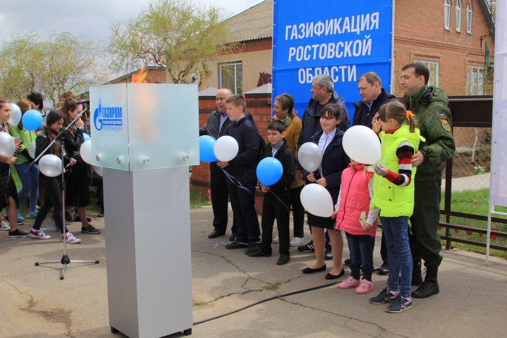 Начался праздник с торжественной линейки, посвященной газификации визит-центра заповедника. Теперь он может принимать туристов круглый год.