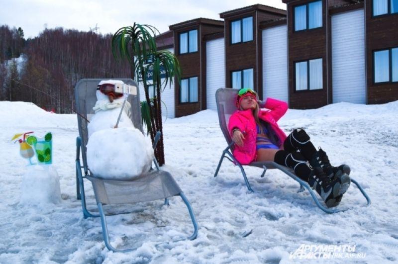 Особый климат Байкальска позволяет чувствовать себя комфортно на снегу и даже загорать.