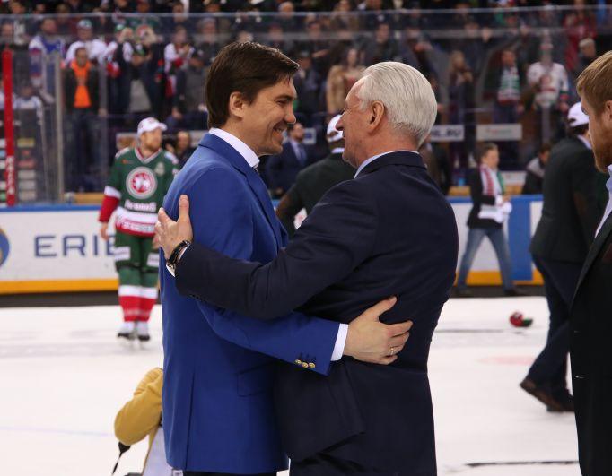 Наставники обеих команд Игорь Никитин (слева) и Зинэтула Билялетдинов поздравили друг друга.