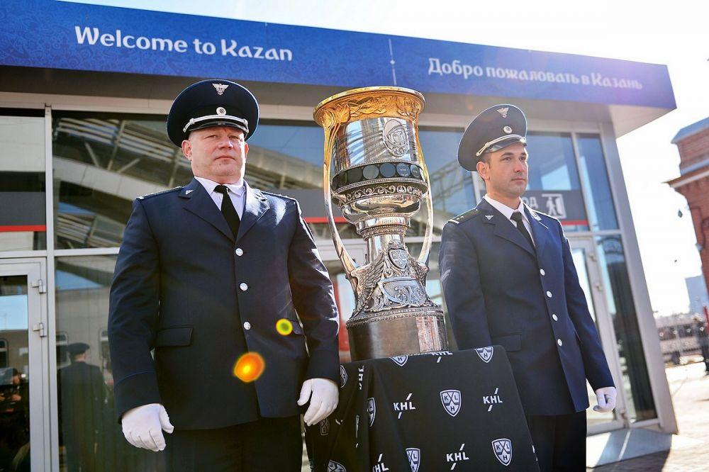 Кубок Гагарина привезли в Казань накануне матча.