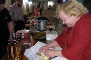 Хелью Маяк щедро угощала гостей форума сыром и пирогами
