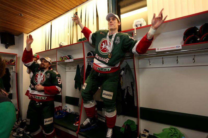 Каждый хоккеист испил из Кубка, который наполняли не одной бутылкой шампанского.