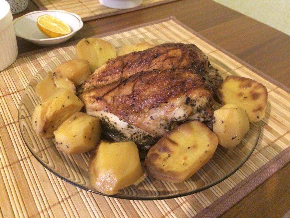 Анна Сергеева. Самый универсальный ужин. Муж ни за что не догадается, что куриная грудка не жареная, а запеченная с соевым соусом и специями. Он с удовольствием поест ее с запеченной картошкой, а я – со свежим огурцом.