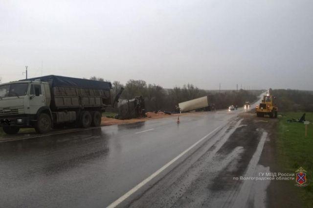 Под Волгоградом вДТП с 2-мя грузовиками умер мужчина