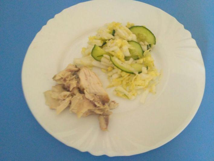 Павлова Галина. Хочу поделиться с читателями фотографией своего ужина. Отварное  мясо курицы и овощной салат - это прекрасный легкий вечерний прием пищи! Употребляю за 4 часа до сна и в течение дня 2 литра воды!