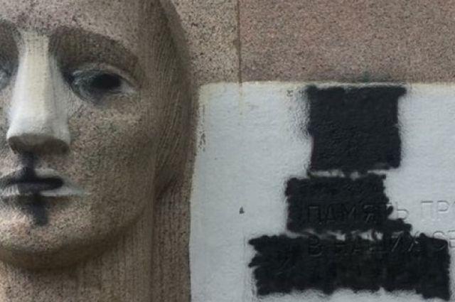 Антисемитский лозунг: в Полтаве вандалы осквернили памятник жертвам нацизма