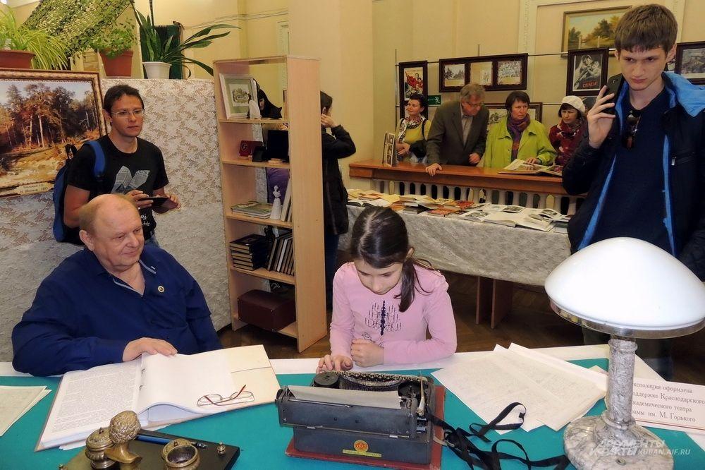 Печатная машинка вызвала огромный интерес у этой юной посетительницы библиотеки.