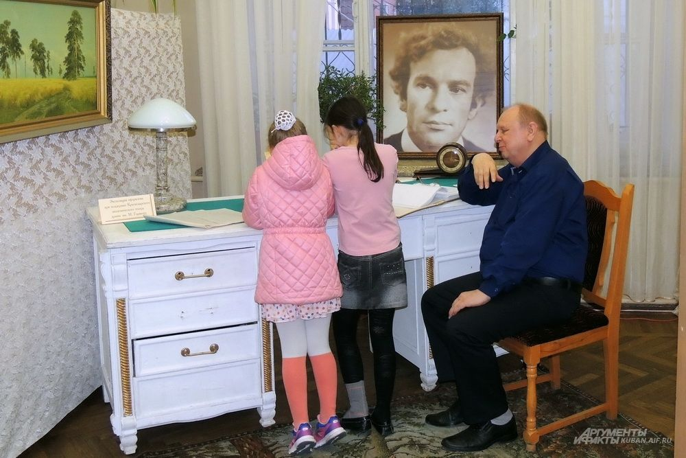 Письменный стол с портретом писателя Виктора Лихоносова.