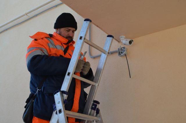 Для организации внешнего видеонаблюдения в настоящее время доступны два вида камер с различным креплением.