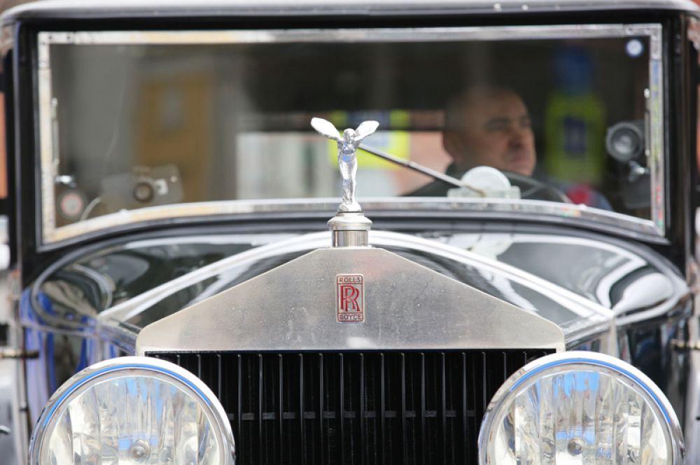 Автомобиль Rolls-Royce, участвующий в ралли.